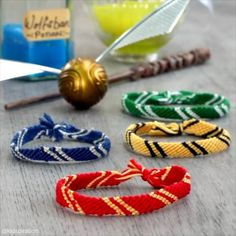 😃⚡️ For more wonderful kids c., DIY and Crafts, Harry Potter-inspired friendship bracelets! 😃⚡️ For more wonderful kids crafts, DIYs and hacks, join us at Yvette Foster! Harry Potter Diy, Harry Potter Armband, Harry Potter Friendship, Bijoux Harry Potter, Harry Potter Schmuck, Harry Potter Thema, Harry Potter Bracelet, Theme Harry Potter, Harry Potter Pictures