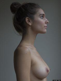 Donne posano nude per riappropriarsi dei loro corpi e delle loro storie. Il progetto di Caitlin Stasey su Herself.com (FOTO)