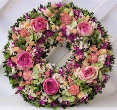 Růžový+Věnec+s+velkokvětými+krásnými+sušenými+růžemi,+minirůžičkami,+hortenzií+a+dalšími+sušenými+květinami.+Krásná+interiérová+dekorace+na+dveře,+stůl+,+zeď.+Vhodné+i+jako+netradiční+dárek.+Ihned+k+dispozici. Floral Wreath, Wreaths, Home Decor, Floral Crown, Decoration Home, Door Wreaths, Room Decor, Deco Mesh Wreaths, Home Interior Design