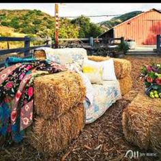 sofa hay bales - rustic alternative to traditional outdoor wedding seating Hay Bale Couch, Hay Bale Seating, Hay Bales, Outdoor Seating, Hay Chair, Straw Bales, Garden Seating, Booth Seating, Seating Areas