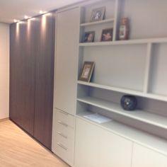 Antes e depois desse escritório  Mesmo com o espaço reduzido o mobiliário contribuiu para ampliar e muito o ambiente
