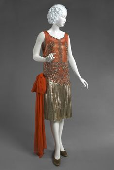 Philadelphia Museum of Art​ Women's​ evening dress Made in France, Europe c. 1926 Silk chiffon, silver lamé, sequins, and metallic thread embroidery 1920 Style, Style Année 20, Flapper Style, 20s Flapper, Vintage Outfits, 1920s Outfits, Vintage Gowns, Vintage Mode, 20s Fashion