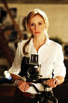 Julia Roberts as Anna in Columbia Pictures' Closer - Movie still no 3 Cheveux Julia Roberts, Julia Roberts Hair, Julia Roberts Style, Hollywood Glamour, Stepmom Movie, Closer Movie, Erin Brockovich, Stil Inspiration, Vintage Cameras