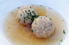 Canederli tirolesi con speck e erba cipollina - Primo classico della cucina tirolese, i canederli sono una tipica ricetta popolare nata per recuperare il pane raffermo