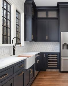 Küchen-Design-Ideen - Home Bunch Interior Design-Ideen - Home Design Dark Blue Kitchen Cabinets, Dark Blue Kitchens, Painting Kitchen Cabinets, Kitchen Black, Green Cabinets, Kitchen Backsplash, Blue Kitchen Ideas, Navy Cabinets, Backsplash With Dark Cabinets