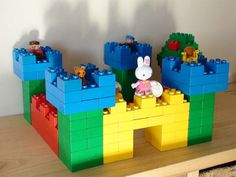 Lego Duplo building - A complete castle.Lego example of a castle:Name: Lego duplo castleAge: starting from 4 years oldNumber of blocks: many blocksCategory: Buildings duplo/first/castle-complete. Lego Design, Chateau Lego, Projects For Kids, Crafts For Kids, Construction Lego, Lego Club, Lego Craft, Lego For Kids, Lego Castle