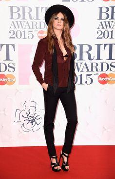O Brit Awards 2015 aconteceu nesta quarta-feira (25.02), em Londres, e teve entre os principais premiados Ed Sheeran e Sam Smith, que ganharam em categorias importantes, incluindo álbum do ano para Ed e artista revelação para Sam. Taylor Swift garantiu o prêmio de artista solo internacional, provando que sua ótima fase ainda não chegou ao fim - recentemente ela também faturouos prêmios de melhor artista feminina e melhor artista pop no People's Choice Awards, além de ter sido eleita a ...