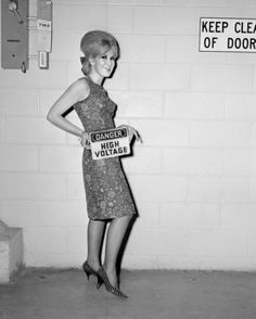 Dusty Springfield, famous female recording star, arrives at Kennedy Airport in New York City on September 1964 Fashion Idol, 1960s Fashion, New York Fashion, City Fashion, Mod Fashion, Fashion Stores, Vintage Fashion, Call Dusty, Dusty Springfield