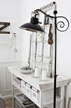 Love the black lamp with the whites, seen here: Milas Hem Fulsnygg...