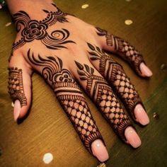 Tatouage des doigts au henné noir