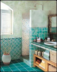 Aνακαίνιση μπάνιου στη Νεάπολη με γαλάζιες λεπτομέρειες στο πλακάκι.
