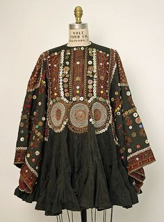 Wedding tunicWedding tunic Date: Culture: Afghan Medium: cotton, metal, synthetics Simple Pakistani Dresses, Indian Dresses, Ethnic Fashion, Boho Fashion, Fashion Outfits, Hippy Chic, Boho Chic, Afghani Clothes, Costume Ethnique