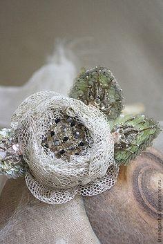 Брошь В13030. Очень нежная роза из антикварного шелкового тюля с металлизированной нитью. В центре хрустальные бусины, пайетки, все переплетено хлопковой нитью. В лепестках кристаллы Сваровски, пайетки и бисер!