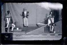 """Man Ray, Vestidos de Sonia Delaunay para la representación de """"Le coeur à gaz"""" de Tristan Tzara, soirée Dada """"Le coeur à barbe"""" en el Théâtre Michel, 1923. #ProgramaNosotras"""