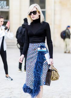 The Unexpected Street Style Trend That& Perfect for Spring In need of a romantic look for spring? Here's why you should try the feather trend. European Street Style, Look Street Style, Street Style Trends, Looks Style, Skirt Outfits, Classy Outfits, African Fashion, Womens Fashion, Fashion Trends