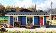 カラフルなGROOVEFLATで田舎暮らしを満喫 Micro House, Tiny House, Log Homes, Garage Doors, Outdoor Structures, Sheds, Interior, Outdoor Decor, Diy Ideas