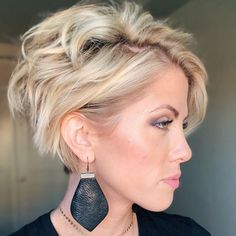 Cool Short Hairstyles and Haircuts Ideas for 2019 . The best short haircuts are presented in this article. Short Curly Hairstyles For Women, Best Short Haircuts, Short Hair Cuts For Women, Messy Hairstyles, Curly Hair Styles, Pelo Multicolor, Great Hair, Fine Hair, Hair Inspiration