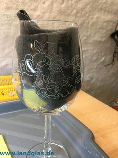 Eine Vorlage fixieren – Landglas.de , Glasgravur und mehr Wine Glass, Tableware, Paper, Contour Line, Templates, Dinnerware, Tablewares, Dishes, Place Settings