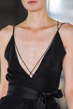 Amanda Wakeley at London Fashion Week Spring 2016 - Details Runway Photos Fashion Week, Look Fashion, Fashion Details, Runway Fashion, High Fashion, Fashion Show, Womens Fashion, Fashion Trends, Kleidung Design