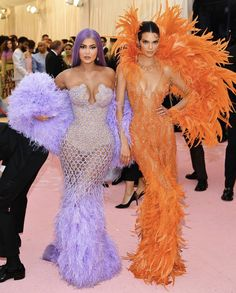 Kendall & Kylie Jenner Rock Jaw Dropping Looks for Met Gala Photo The Jenner sisters have arrived at the 2019 Met Gala - and they did not disappoint! Kendall and Kylie Jenner walked the pink carpet together in super bright looks… Kylie Jenner Met Gala, Kylie Jenner Fotos, Looks Kylie Jenner, Kendall Jenner Dress, Jenner Photos, Donatella Versace, Anna Wintour, Kardashian Kollection, Kardashian Jenner