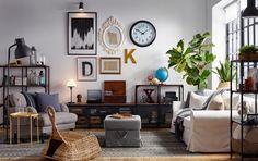 Ruang keluarga eklektik dengan dinding galeri dan rak industrial terbuat dari kayu dan besi.