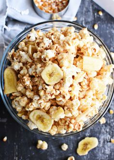 Healthy Peanut Butter Banana Popcorn - - Healthy peanut butter banana popcorn is a quick treat to make for the family. Whether it's for a snack or a movie, this will be a recipe to go peanuts over. Peanut Butter Popcorn, Healthy Peanut Butter, Peanut Butter Banana, Easy Healthy Dinners, Healthy Foods To Eat, Healthy Treats, Healthy Movie Snacks, Healthy Drinks, Healthy Eating