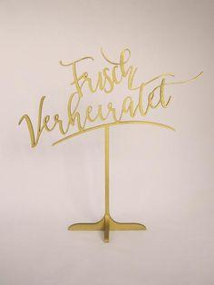 """Frei stehendes Hochzeitsschild """"Frisch verheiratet"""" in gold oder silber. Auch nach der Hochzeit ein tolles Erinnerungsstück."""