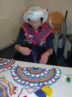 Haken van een fietswiel-net in Staphorst. Folk Costume, Costumes, Crochet For Beginners, Folklore, Holland, Amsterdam, Dutch, Culture, Create