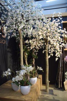 Bloesembomen. Kunstbloemen op een natuurlijke boomstam. voor meer info webshop www.decoratietakken.nl Tree Designs, Tree Branches, Sweet Home, Plants, Tree Templates, House Beautiful, Plant, Planets