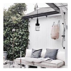 • genieten • Hoe is het weer in Nederland?? Lekker genoeg om op zo'n heerlijk plekje van @mariekereintjes_ te zitten/liggen/hangen?🙈 Of niet? Ik ben in Portugal, dus ik weet het niet! ☀️ De tuin van Marieke ziet er in ieder geval uit alsof ze in een zonnig land zit. Fijne dag! P.s. hebben jullie de laatste blogpost van Marieke al gelezen? Over haar vele leuke DIY's in huis + een paar handige tips! (link in bio) #interior #interieur #inspiration #interior123 #interior4all #homedecor…