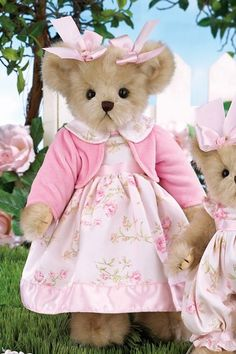 Are You Shopping For Toys? Read This First! Toys were fairly simple in years past. Vintage Teddy Bears, Cute Teddy Bears, Kids Castle, Teddy Bear Pictures, Teddy Bear Clothes, Images Vintage, Boyds Bears, Bear Wallpaper, Bear Doll