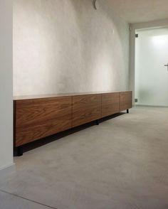ClayLime:n Creatina -sisustuspinnoite lattiassa ja seinässä. Materiaalin hinta alkaen  59€/m2.  Kysy lisää: info@dekotuote.fi /045 345 2345. www.dekotuote.fi  #claylime #creatina #kalkkilaasti #kalkkimaali #interior  #design #tehosteseinä #sisustuslaasti #efektiseinä #lattia #seinä #wall #floor #mikrosementti #dekotuote #jotainomaajaerilaista #himmeä #harmaa #betoni #concrete