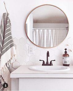 Salle de bain, robinetterie rétro, carrelage blanc, miroir rond