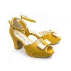 Vrolijke zomerse hakken in geel met beige strikje. Enkelbandje, open neus, strikje en contrasterend biesje.   hakhoogte 7cm
