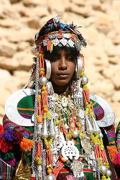 www.cewax.fr aime ce collier multi rang perles style ethnique tendance tribale orange et argent Africa | Woman photographed in Jabal Nafusa, Libya (2005) | © James Leggate.