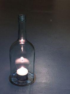 La botella de linterna Una linterna hecha con material reciclado, llamado también ciclo de arriba. Funciona en casi todas las condiciones climáticas - lluvia, nieve o viento. Se puede hacer de casi todas las botellas. Es botellas vacías en varios formatos, gruesa, delgada, bombeo, multi verde, transparente, coloreado,... y luz del té o una vela que está debajo de él. (Nota la parte superior de la botella es caliente) Cortamos también botellas individualmente, usted nos da su botella (tal…