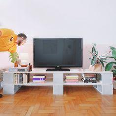 DIY de rack feito com blocos de concreto em uma decoração minimalista/boho. Diy Pallet Furniture, Furniture Design, Diy Rack, Tv Decor, Home Decor, Apartment Makeover, Interior Decorating, Interior Design, Boho Living Room