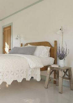 図形のステッチ模様が素敵なベッドカバー。裾がランダムになっていて、変化があっていいですね。