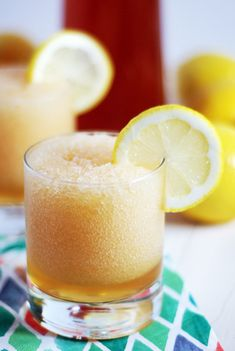 This sweet tea vodka slushies recipe is going to be your new favorite this summer: super refreshing and filled with lemony goodness! Refreshing Drinks, Summer Drinks, Fun Drinks, Alcoholic Drinks, Beverages, Healthy Cocktails, Liquor Drinks, Vodka Slushies, Sweet Tea Vodka