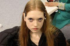 Backstage bij Carven: 'Perfecte imperfecte make-up voor een elektrische Pop collectie'