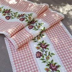 Handmade Home Decor Vintage Embroidery, Ribbon Embroidery, Embroidery Patterns, Embroidery Techniques, Sewing Techniques, Lazy Daisy Stitch, Bohemian Bedroom Decor, Quilted Table Runners, Deco Table