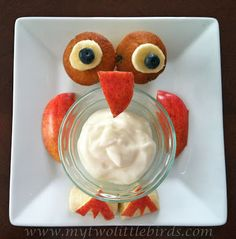 Breakfast is a hoot! - two mini muffins, banana slices and blueberries for eyes; vanilla yogurt in clear bowl; cut out apples for beak, wings, and feet with larger banana slices for branch Lunch Snacks, Healthy Snacks, Owl Food, Edible Food, How To Eat Better, Delicious Fruit, Food Humor, Cute Food, Best Breakfast