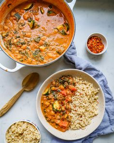 Creamy Cashew Chickpea Curry - Madeleine Shaw This Creamy Cashew Chickpea Curry is the perfect one pan meal to make on a Sunday and feast on all week long. Veggie Recipes, Indian Food Recipes, Vegetarian Recipes, Dinner Recipes, Cooking Recipes, Healthy Recipes, Ethnic Recipes, Veggie Indian Food, Veggie Meals