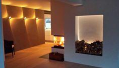 Designkamin mit großer, indirekt beleuchteter Holzlege. #DesignKamin #KaminModern #Fireplace www.ofenkunst.de