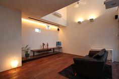 リビングルーム(ファミリーポートレイト)- リビングダイニング事例 Lighting Solutions, Home Lighting, Facade, New Homes, Ceiling Lights, Living Room, Interior, House, Furniture