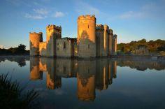 Castillo Bodiam – Reino Unido!  Este castillo del siglo XIV rodeado de agua, fue construido por Sir Edward Dalyngrigge para defender la zona contra la invasión francesa durante la Guerra de los Cien Años.