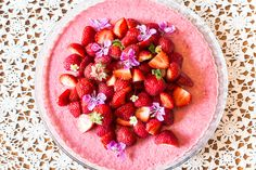raw cake, mansikkaraakakakku / Hannan soppa Raw Cake, Vegan Cheesecake, Raw Food Recipes, Cake Cookies, Celebrations, Strawberry, Parties, Baking, Fruit