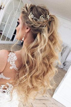 Wedding Hair Down - We have collected for you the most original wedding hairstyles half up half down with curls and braid ideas from around the Internet to inspire brides. Wedding Hairstyles Half Up Half Down, Wedding Hair Down, Wedding Hairstyles For Long Hair, Wedding Hair And Makeup, Half Updo, Hairstyle Wedding, Bridesmaids Hairstyles, Bridal Half Up Half Down, Curly Hair Styles Wedding