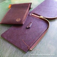 No photo description available. Leather Wallet Pattern, Handmade Leather Wallet, Sewing Leather, Leather Gifts, Leather Pouch, Leather Craft, Crea Cuir, Leather Business Card Holder, Leather Projects