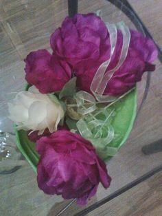 Mooie schaal met bloenen en hartjes met bloemen